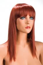 Perruque Rousse Longue World Wigs Allison - Longue perruque rousse synthétiques pour travestie avec des cheveux proches de cheveux naturels. Coupe effilée et frange longue pour une sissy charmante et féminine. Perruque à prix mini, par World Wigs
