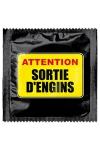 Capote Humour Attention Sortie D'engins - Annoncez la couleur et votre gros engin avec cette capote teintée d'humour  Attention Sortie D'engins . Ce préservatif premium est Made in France par Callvin, il mesure 5,3 cm de large et vous protège des IST et MST