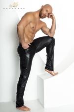 Pantalon Moulant en Wetlook Noir Handmade Stronger Clipped : Fabriqué dans un wetlook noir moulant, ce pantalon taille basse reprend la coupe d'un jean à 4 poches. Il souligne la silhouette. Ses barrettes en vinyle d'inspiration militaire apportent une touche d'originalité.