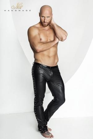 Pantalon Moulant en Stretch Noir Handmade Stronger Hard - Tout de wetlook mat, ce pantalon stretch possède une coupe jeans à quatre poches et braguette zippée. Des anneaux de métal et des rivets décorent les côtés. Une tenue pour un homme masculin et sensuel disponible en très grande taille jusqu'au XXXL.