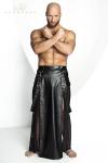 Jupe Homme Longue Fendue Noir Handmade Stronger Blade - Fabriqué dans un lycra effet wetlook mat et en tulle noir, cette jupe longue fendue pour homme apporte un style sexy et masculin à la fois. Confortable à porter, elle dévoile votre anatomie et possède une paire de bretelles amovibles avec crochets.
