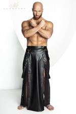 Jupe Homme Longue Fendue Noir Handmade Stronger Blade : Fabriqué dans un lycra effet wetlook mat et en tulle noir, cette jupe longue fendue pour homme apporte un style sexy et masculin à la fois. Confortable à porter, elle dévoile votre anatomie et possède une paire de bretelles amovibles avec crochets.