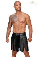 Jupe Gay Gladiateur Faux Cuir - Jupe gay gladiateur en faux cuir, très virile et sexy. Elle possèdeune bande vinyle plissée retenue par quatre pressions pour attirer tous les regards sur votre sexe. Ceinture large pour souligner la taille. Fabriquée par Noir Handmade