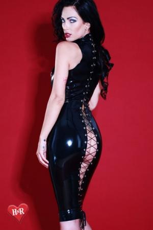 Robe en Latex Honour Flashback - Robe moulante en latex fermée dans le dos par un laçage ouvert type corset. Tout votre corps, du dos aux cuisses est exhibé ! Une robe impudique, très collante, pour femme ou homme souhaitant se féminiser.