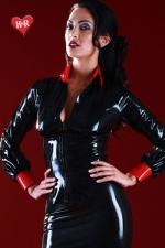 Chemisier Vintage en Latex Honour Disciplinarian - Latex noir et rouge haut de gamme pour ce chemisier à la coupe stricte. Transformez vous en maitresse d'école sévère et à la silhouette excitante. Chemisier fabriqué par Honour.