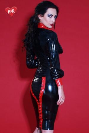Jupe en Latex Honour Mistress - Jupe noire et rouge en latex haut de gamme qui met en valeur vos fesses. Elle possède un laçage qui plait beaucoup aux fétichistes et aux dominas.