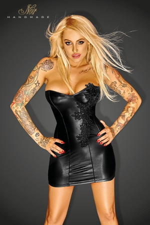 Mini Robe Noire Travesti Grande Taille - Mini robe bustier de couleur noir pour travesti disponible en grande taille du S au 3 XL. Elle possède des tiges de renfort et une gerbe de fleurs est brodée sur le sein gauche. Cette petite robe noire est courte et moulante.