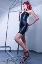 Robe Fourreau en Lycra Effet Plissé Handmade Belle de Nuit - Robe fourreau sexy en lycra à l'effet plissé : elle moule votre corps de son noir opaque et vous rend très féminine. Elle est fabriquée jusqu'au 44 par Patrice Catanzaro.