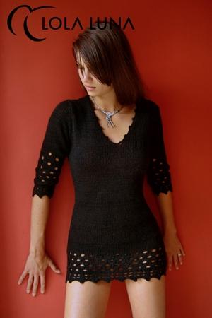 Robe Noire en Maille Lola Luna Lana - Robe en laine noire fabriquée à la main. Sa maille est douce et sensuelle avec une bande ajourée à hauteur des hanches pour un look très féminin signée Lola Luna.