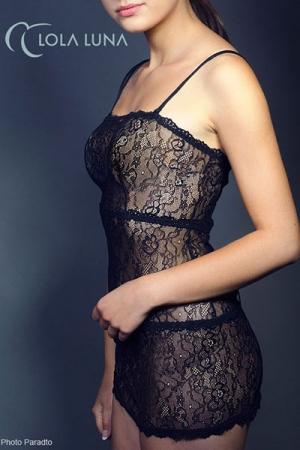 Robe Dentelle Transparente et Bretelles Amovibles Lola Luna Liane - Robe en dentelle transparente, avec bretelles amovibles. Moulante et féminine, cette robe met votre corps en valeur et vous offre une tenue provocante mais raffinée.