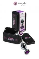 Plug Anal Sissy Aluminium M Violet Secret Play : Plug anal de 8,5 x 3,5 cm en aluminium lisse et doux pour sissy avec un strass violet transparent. Fabriqué par la marque espagnole Secret Play. Forme ergonomique pour plus de sensations et une pénétration facile de votre chatte anale.