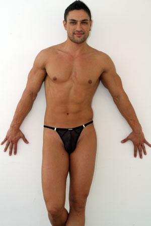 String stripper Malibu Light - Le string mini homme stripper en tulle : non seulement ce string homme gay ne couvre quasiment rien mais en plus cette lingerie est transparente ! Emeute assurée !