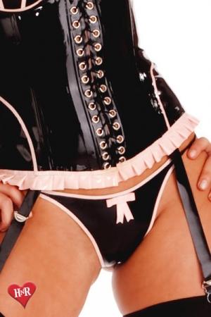 String en Latex Honour Vintage Flame - String vintage en latex haute qualité : son esthétique échancrée sort du lot avec son petit noeud rose et ses liserés assortis, ce string moule comme une seconde peau. Parfait pour féminiser un homme ou pour une femme romantique.
