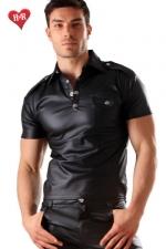 Polo Men's military faux cuir - Un polo simili cuir noir à pressions chromées avec une poche de poitrine avec un effet imitation cuir mat. Taillé très près du corps, il mets en valeur votre torse et apporte une touche de virilité sportive !