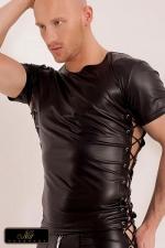 T Shirt Xander en Wetlook Noir - T shirt sexy noir aspect vinyl avec lacets ajustables : idéal pour mettre le corps en valeur, ce tee-shirt moulant ou ample selon le lacage, est l'arme fatale pour draguer. Il souligne votre carrure et vos pectoraux !
